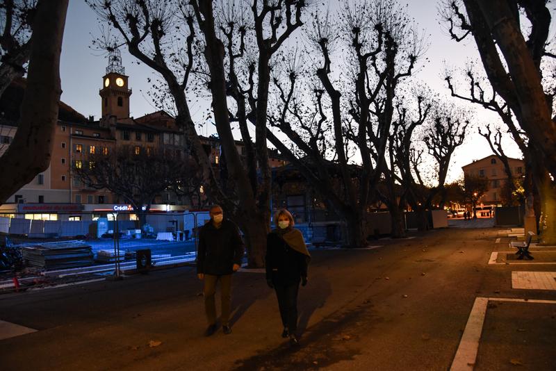 Photo du cheminement piétonnier le long de la place du Général de Gaulle à Digne-les-Bains